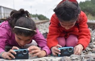 Köy köy dolaşıp öğrencilere fotoğrafçılığı...