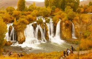 Muradiye Şelalesi sonbahar renkleriyle ziyaretçilerini...