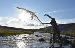 Porsuk Çayı'nda gün batımında balık avı...