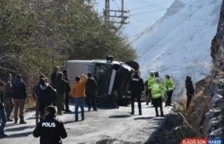 Hakkari'de minibüsün devrilmesi sonucu 3 polis yaralandı