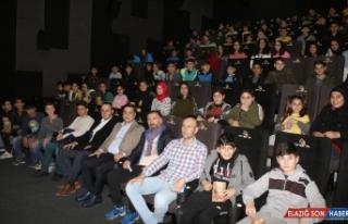İlk defa sinemaya giden öğrenciler 'Naim Süleymanoğlu'nu...