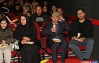 Şemdinli'de engelli öğrenciler askerlerle film...