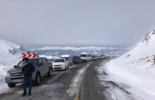 Artvin-Ardahan kara yolu Sahara Geçidi'nde çığ...