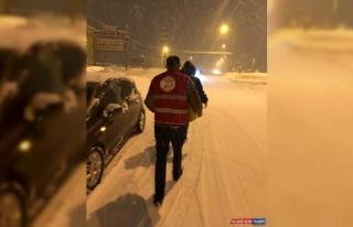 Bitlis'te kar yüzünden yolda kalanlara kumanya dağıtıldı