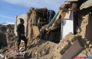 Depremden etkilenen Başkale'deki 4 mahallede yaralar...