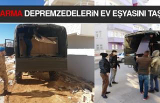 Jandarma Depremzedelerin Ev Eşyasını Taşıyor