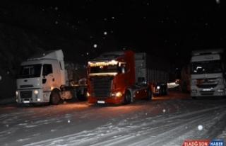 Malatya-Adıyaman kara yolu yoğun kar nedeniyle ulaşıma...