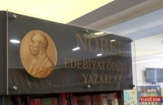 Nobel ödüllü yazarların kitapları kütüphanede...