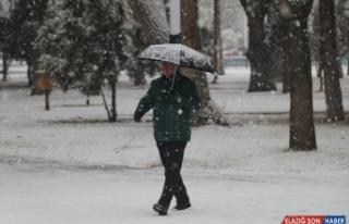 Tunceli ve Erzincan'da kar yağışı hayatı olumsuz...
