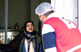 CZN Burak Yaşlılara yardım kolisi dağıttı