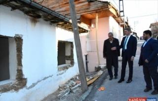 Malatya Valisi Baruş, depremden etkilenen mahallelerde...