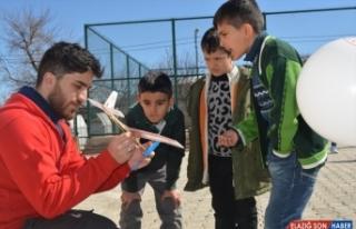 Malatya'da gönüllü gençler depremzede çocukların...
