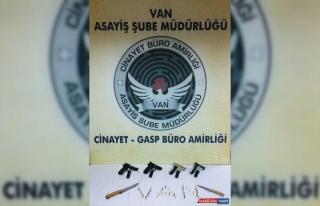 Van'da adliye binası önünde silahlı 3 kişi yakalandı