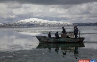 Buzları çözülen Nazik Gölü'nde güzel görüntüler...