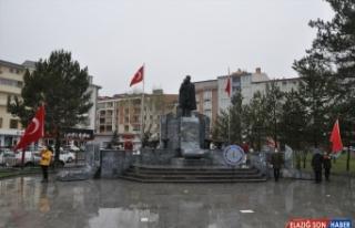 Kars ve Ardahan'da çelenk sunma törenleri kar yağışı...