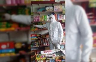 Kars'ta market işletmecisi, Kovid-19'a karşı şeffaf...