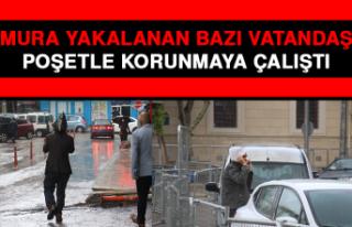 Yağmura Yakalanan Bazı Vatandaşlar, Poşetle Korunmaya...