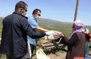 Ağrı'da Vefa ekibi en ücra köylerde maske ve sabun...