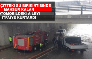 Alt Geçitte Su Birikintisinde Otomobilde Mahsur Kalan...