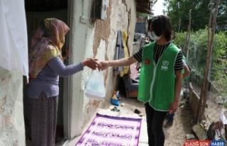 Elazığ'da gönüllü gençler sokağa çıkma izninde...