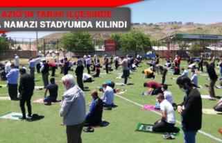 Elazığ'ın Tarihi İlçesinde Cuma Namazı Stadyumda...