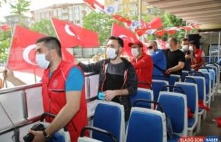 Malatya'da otobüsle sokakları dolaşan gönüllü...