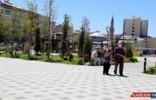 Erzurum'da tarihi mekanlar ve parklarda ziyaretçi...