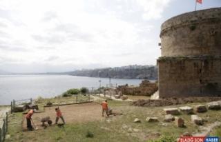 Tarihi Hıdırlık Kulesi çevresinde arkeolojik kazı...