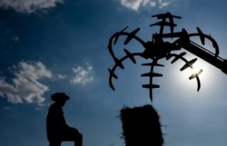 Kars'ta kışı uzun geçiren çiftçilerin ot biçme...