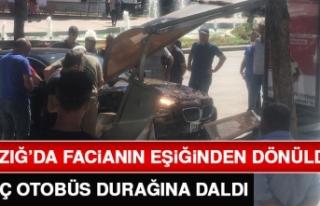 Elazığ'da Bir Araç, Otobüs Durağına Daldı