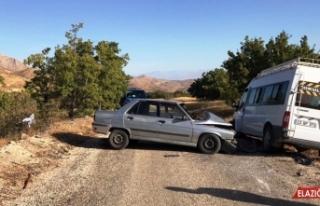 Elazığ'da minibüs ile otomobil çarpıştı: 6...