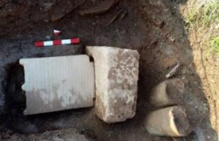 Sondaj çalışmasında tarihi mezar taşı ve yazıt...