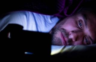 Uyku öncesi telefona bakanları bekleyen tehlike:...