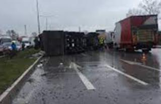 Damperi açık kalan kamyon direğe çarparak devrildi