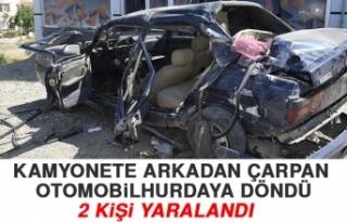 Elazığ'da Kamyonete Arkadan Çarpan Otomobil Hurdaya...