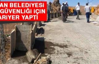 Keban Belediyesi Yol Güvenliği İçin Bariyer Yaptı