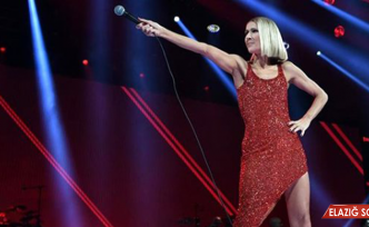 Ünlü Şarkıcı Annesinin Ölüm Haberini Aldıktan Sonra Konser Verdi
