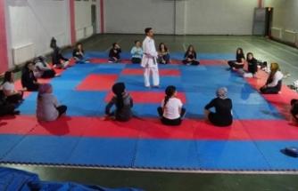 Milli sporcular yetiştiren antrenör, kadınlara kendini savunmayı öğretiyor