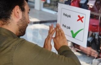 Türkçenin doğru kullanımı için otobüs duraklarına etiket yapıştırdılar