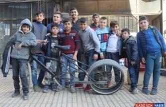 Ağrılı Bahtiyar'ın otomobil lastiği taktığı bisikleti çocukların ilgi odağı oldu