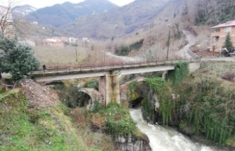 Çanakçı ilçesindeki tarihi çift kemerli köprü gün yüzüne çıkacağı günü bekliyor