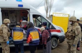 Mehmetçik ve sağlık ekipleri, evinde rahatsızlanan yaşlı kadın için seferber oldu