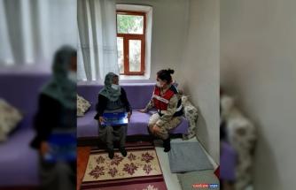 Elazığ'da jandarma, şehit annesini talebi üzerine oğlunun kabrine götürdü