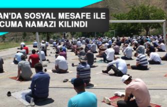 Keban'da Sosyal Mesafe İle Cuma Namazı Kılındı
