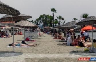 Sakin kentte sosyal mesafeli deniz keyfi