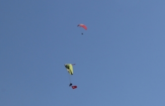 Yamaç paraşütçüleri 15 Temmuz şehitlerini gökyüzünde Türk bayrağı açarak andı