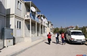 Elazığ'da konteynerde yaşayan depremzedelere yemek ikramı