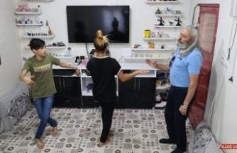 Uzaktan eğitimle vatandaşlara reyhani oyununu öğretiyor