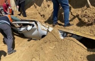 İstanbul'da kum yüklü tır otomobilin üstüne devrildi