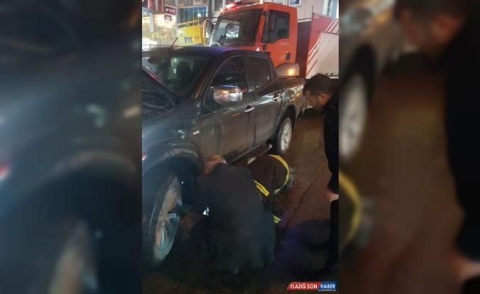 Ağrı'da kamyonetin motor bölümünde sıkışan kediyi itfaiye kurtardı